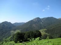 Bei panorami sugli alpeggi sottostanti il Passo San Lucio salendo lungo la sterrata/cementata