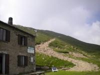 Tratto a spinta per la vetta del Gazzirola, sullo sfondo la croce della sommità