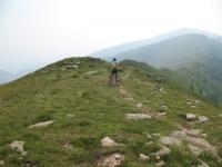 Discesa dalla vetta del Gazzirola in direzione del Passo di Pozzaiolo