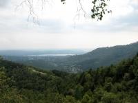Pian Valdes (sx) ed i laghi di Varese e Comabbio durante la salita al Monte Mortica