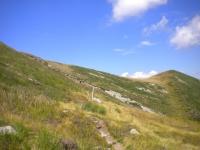 In direzione del Monte Paglione nella sella erbosa sotto il Monte Covreto