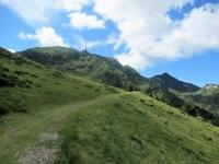 Tratto iniziale di salita al Tamaro lasciata l'Alpe Foppa - Panorama su Cima Manera (sx), Motto Rotondo (centro) e Monte Tamaro (dx)