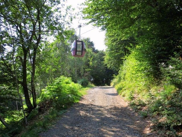 In prossimità del Sasso di Spina, a valle della tratta intermedia della cabinovia