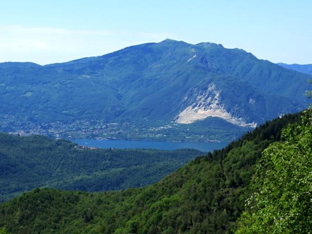 Panorama sul Monte Mottarone salendo su asfalto da Caprezzo