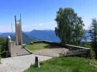 Il Memoriale degli Alpini prima di giungere alla Cappella Fina