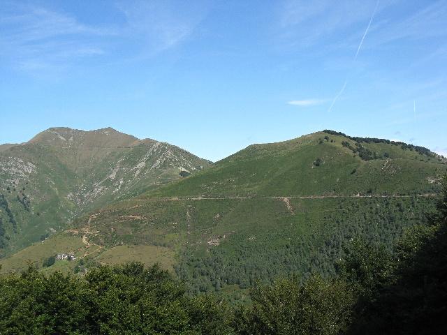 Lo sterrato che taglia il Monte Bavarione, sullo sfondo il Monte Zeda