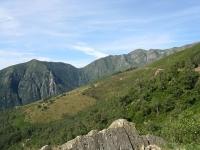 In direzione del Passo Folungo lungo le pendici del Monte Bavarione, panorama sulla Cima Cugnacorta e sul Pizzo Marona