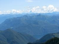 Panorama dallo Zeda - Al centro le prealpi del Luinese, alle spalle la catena Monte Tamaro-Monte Gradiccioli-Monte Magno