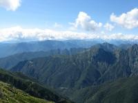 Panorama dallo Zeda - Al centro in secondo piano la frastagliata catena dei Corni di Nibbio, in primo piano a destra la catena del Monte Pedum