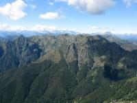 Panorama dallo Zeda - La catena montuosa tra la cima del Pedum (sx) e la cima della Laurasca (dx)