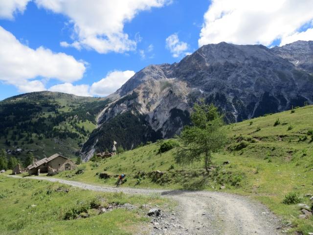 Le baite diroccate di Chabaud, vista sul Roc del Boucher (3.285)