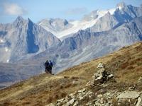 Bikers in contemplazione dei giganti vallesani