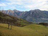 In direzione di San Calimero - panorama sui rilievi della Valsassina