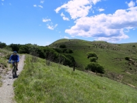 Discesa dal Monte Pracaban, sullo sfondo a destra la vetta
