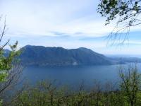 Lungo il single-track che scende da Pollino, panorama sul Sasso di Ferro (Laveno)