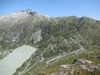 Panoramica sul Il Grimselsee e sulla strada che sale al Grimselpass dal Canton Berna, salendo al Oberaarsee