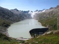 Fantastico panorama su Oberaarsee e Oberaargletscher - la sottostante diga del bacino idrico