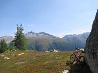 Lungo il sentiero in direzione di Unnerbrunnji - panorama sui verdi pascoli alle pendici del Blashorn