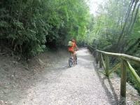 Percorso ciclopedonale che costeggia il Lago Trebecco
