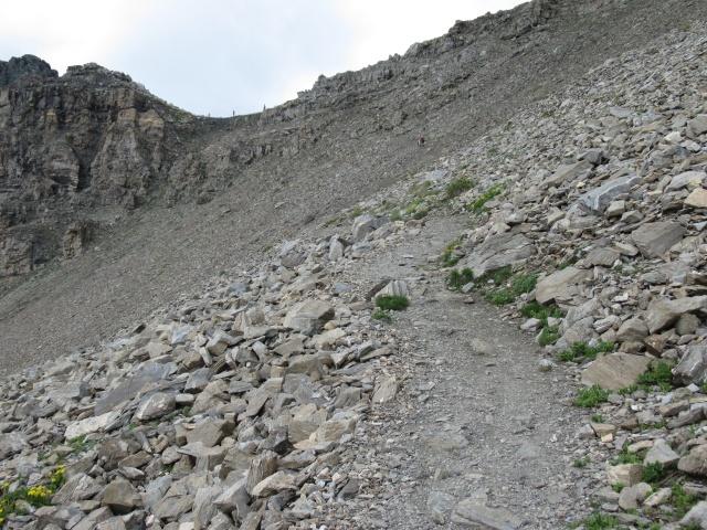 Il sentiero che sale al Passo del Invergneux - passaggio su pietraia con Passo sullo sfondo