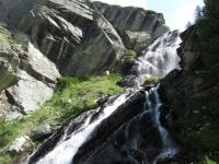 Una delle tante cascate che si incontrano risalendo il Vallone dell'Urtier