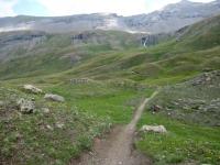 Il sentiero che scende dal Passo Invergneux nel vallone di Grauson