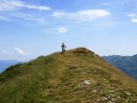 Percorrendo il sentiero di ritorno sul crinale erboso