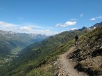 Single track In direzione della capanna Corno Gries - Val Bedretto sullo sfondo