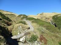 Il sentiero attrezzato per superare i tratti più ripidi e scivolosi salendo in direzione del Passo del San Bernardino