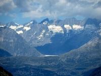 Percorrendo il tratto finale del Panoramaweg si intravede il ghiacciaio dell'Aletsch