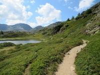 Il bel sentiero che costeggia l'Hopschusee