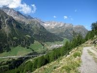 La vallata di Simplon Dorf percorrendo lo sterrato del Panoramaweg - Tra le nuvole il Fletschhorn (3.986)