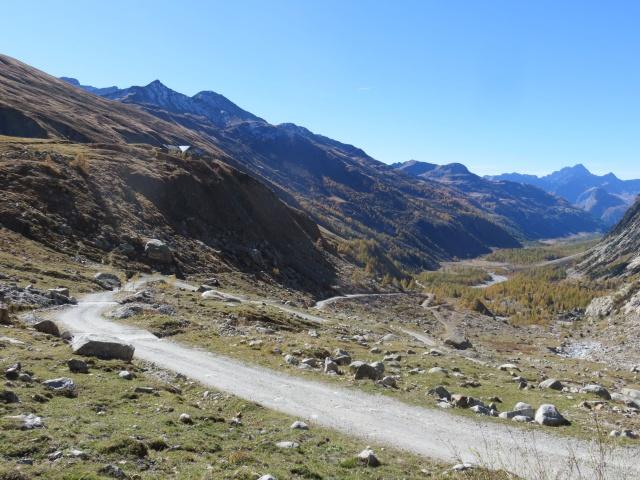 La sterrata che sale al Rifugio Elena con gran panorama sulla Val Ferret
