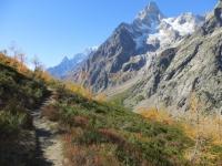 Trail d'alta quota in direzione del Rifugio Bonatti - vista su Grandes Jorasses