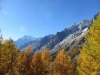 Colori autunnali percorrendo il trail d'alta quota in direzione del Rifugio Bertone - vista sul massiccio del Monte Bianco