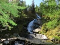 Valle Malvaglia, bella cascata che si incontra percorrendo il sentiero per Dagro