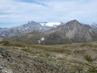 I ghiacciai del massiccio della Vanoise (sfondo) e l'area del Piccolo Moncenisio (primo piano) visti dal Forte Malamot
