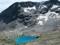 Il Lago Bianco (lac Blanc) posto sotto le Cime du Bard (sx) ed il Mont Giusalet (dx)