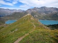Il caratteristico single-track che si sviluppa lungo la cresta erbosa scendendo dal Forte Malamot