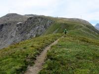 Il caratteristico single track che si sviluppa lungo la cresta erbosa scendendo dal Forte Malamot
