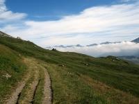 La bella poderale che dal Forte Roncia scende in direzione della Grande Croix
