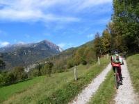 Salita in direzione dell'abitato di Durogna, sullo sfondo il Monte Teggiolo