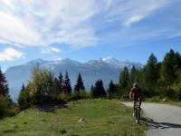 Panorama durante la salita all'Alpe Solcio: rilievi che dividono la Val Divedro dalla valle di Bognanco