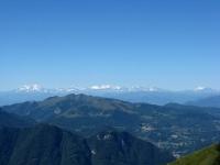 Le Alpi dalla vetta del San Primo - il Monte Generoso in piano intermedio e sullo fondo la catena alpina dal Monte Rosa al Monte Leone