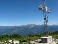 La croce posta sulla vetta del San Primo - Sullo sfondo le Grigne