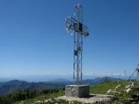 La croce posta sulla vetta del San Primo - Sullo sfondo la catena del Monte Rosa e del Mischabel