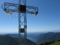 La croce posta sulla vetta del San Primo - Panorama sul basso Lago
