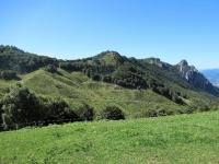 Alpeggi in prossimità della Capanna Pairolo, sulla destra  i Denti della Vecchia