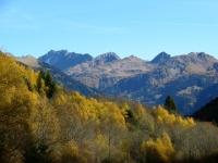 Colori autunnali, sullo sfondo i rilievi dell'alta Val leventina