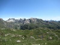 I pascoli dell'alpe Tsa de Chavalary - Sullo sfondo a destra il Monte Rosa, sulla sinistra la catena montuosa che racchiude la parte terminale della Valle  di St. Barthélemy